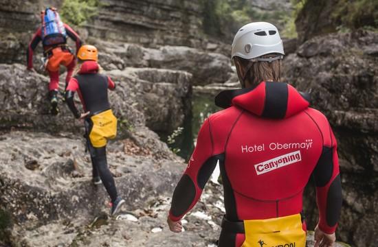 Ein Mann und eine Frau folgen dem Guide Max Obermayr über die Felsen