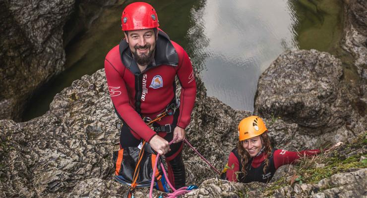 Der Canyoning-Guide Max Obermayr lacht gemeinsam mit einer jungen Frau in die Kamera