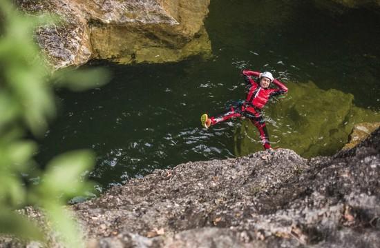 Beim Canyoning im Wiestal treibt ein Mann genüsslich im Wasser