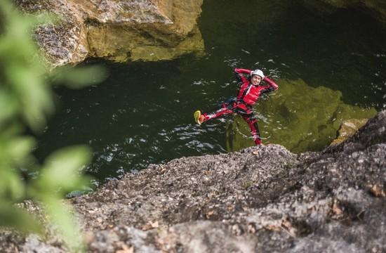 Bei einer Canyoning-Tour mit Max Obermayr treibt ein Mann genüsslich im Wasser