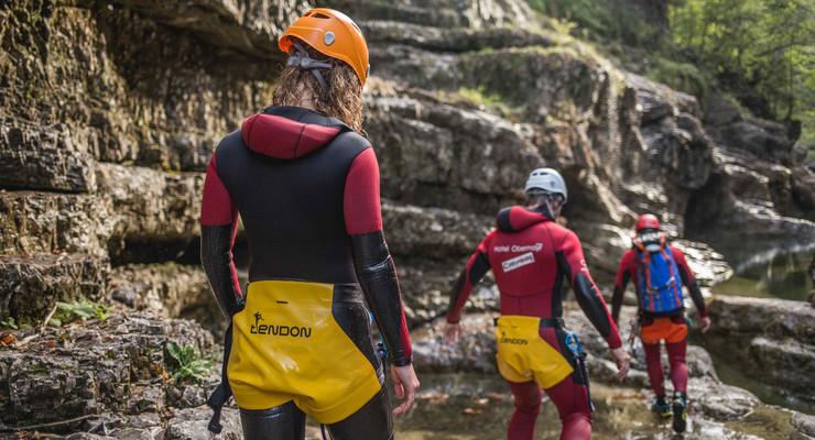 Beim Canyoning für Familien folgen die Teilnehmer den Guide über die nassen Felsen