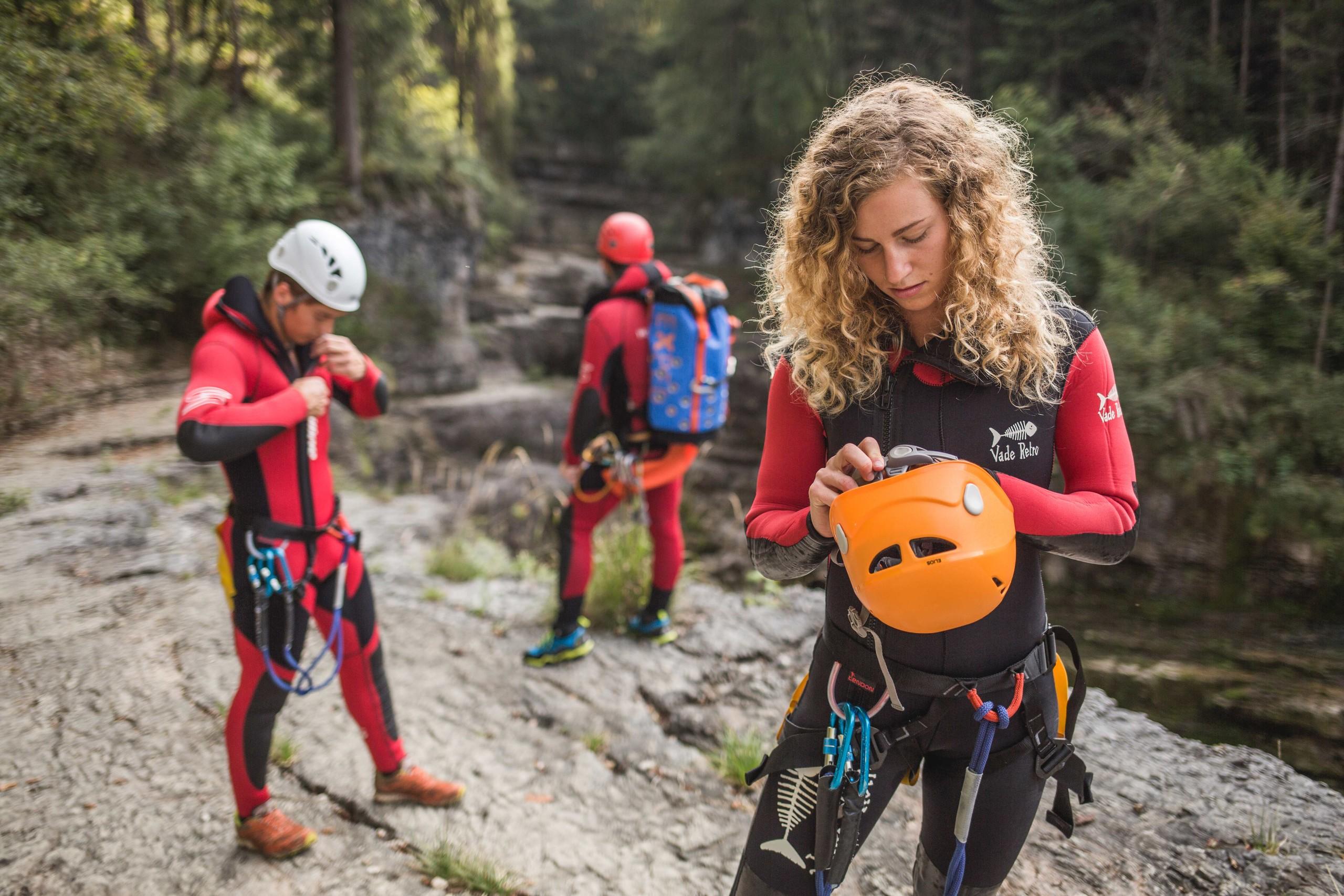 Beim Canyoning für Familien ziehen die Teilnehmer Ihre Ausrüstung an